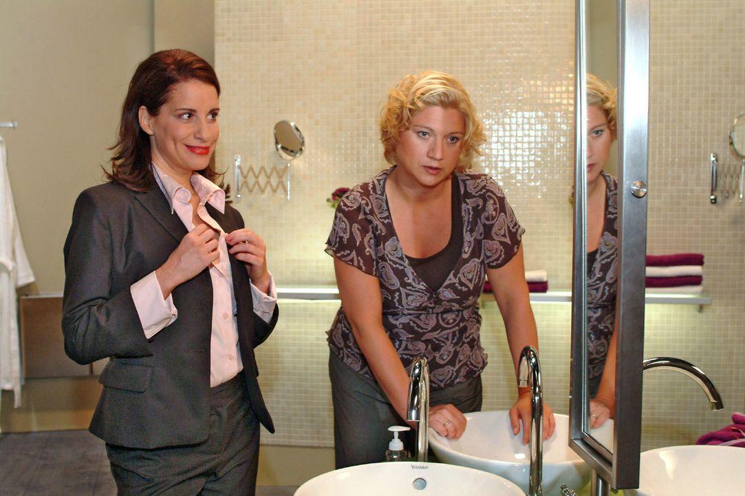 Agnes (Susanne Szell, r.) ist entnervt von Inkas (Stefanie Höner, l.) Versuchen, besonders verführerisch zu wirken. - Bildquelle: Monika Schürle Sat.1