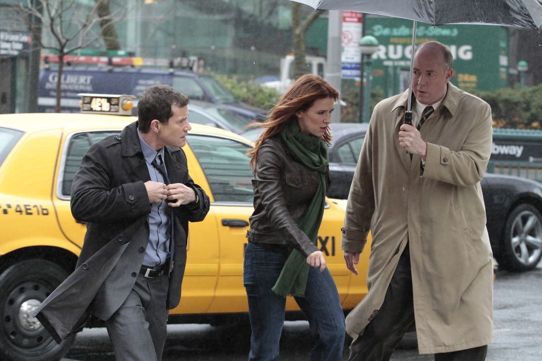 Versuchen gemeinsam, einen Mordfall aufzudecken: Al Burns (Dylan Walsh, l.), Carrie Wells (Poppy Montgomery, M.) und Mike Costello (Michael Gaston,... - Bildquelle: 2011 CBS Broadcasting Inc. All Rights Reserved.