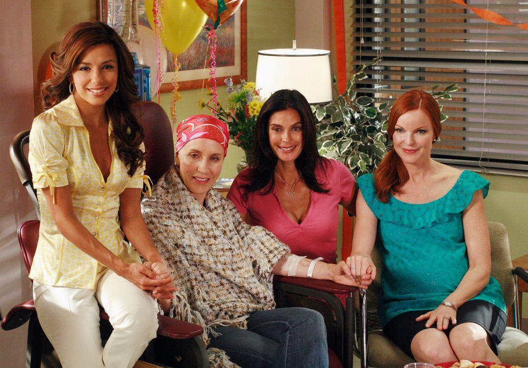 Lynette (Felicity Huffman, 2.v.l.) möchte eine fröhlichere Stimmung während der Chemotherapie und bittet ihre Freundinnen Gabrielle (Eva Longoria, l... - Bildquelle: ABC Studios