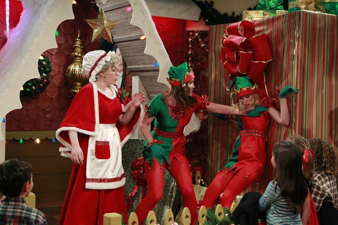 So hat sich der Feiertags-Fan Caroline (Beth Behrs, r.) ihren Job als kinderbeschenkende Weihnachtselfe beim besten Willen nicht vorgestellt: Die St... - Bildquelle: Warner Brothers