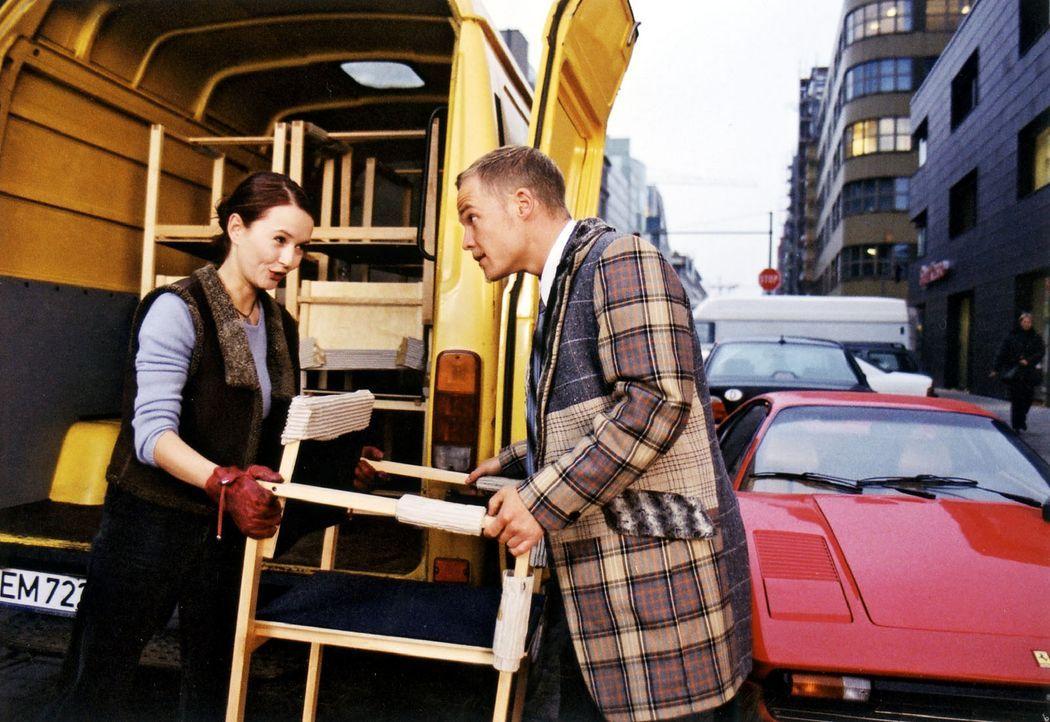 Maria (Stefanie Stappenbeck, l.) hat mit ihrem Transporter Bens (Matthias Koeberlin, r.) Ferrari eingeparkt. Widerwillig hilft er beim Einladen der... - Bildquelle: Sat.1/Degraa