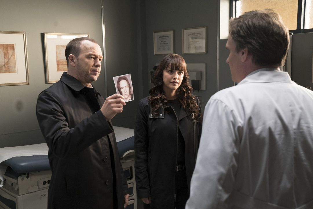 Danny (Donnie Wahlberg, l.) und Baez (Marisa Ramirez, M.) ermitteln im Mord eines Mannes, der Jahre zuvor Beards (Robert Sean Leonard, r.) Ehefrau u... - Bildquelle: David M. Russell 2017 CBS Broadcasting, Inc. All Rights Reserved