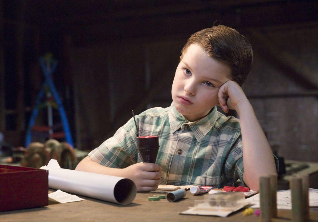 Seine Mutter wünscht sich so sehr einen Freund für Sheldon (Iain Armitage), dass sie nicht daran denkt, dass möglicherweise nur jemand mit Sheldon b... - Bildquelle: Warner Bros.