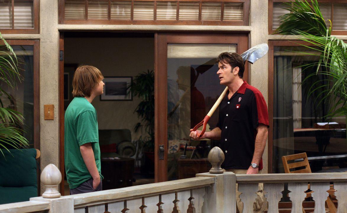 Jake (Angus T. Jones, l.) versucht alles, um seinen Onkel Charlie (Charlie Sheen, r.), dazu zu bringen, als Beifahrer für seinen Lernführerschein... - Bildquelle: Warner Brothers Entertainment Inc.