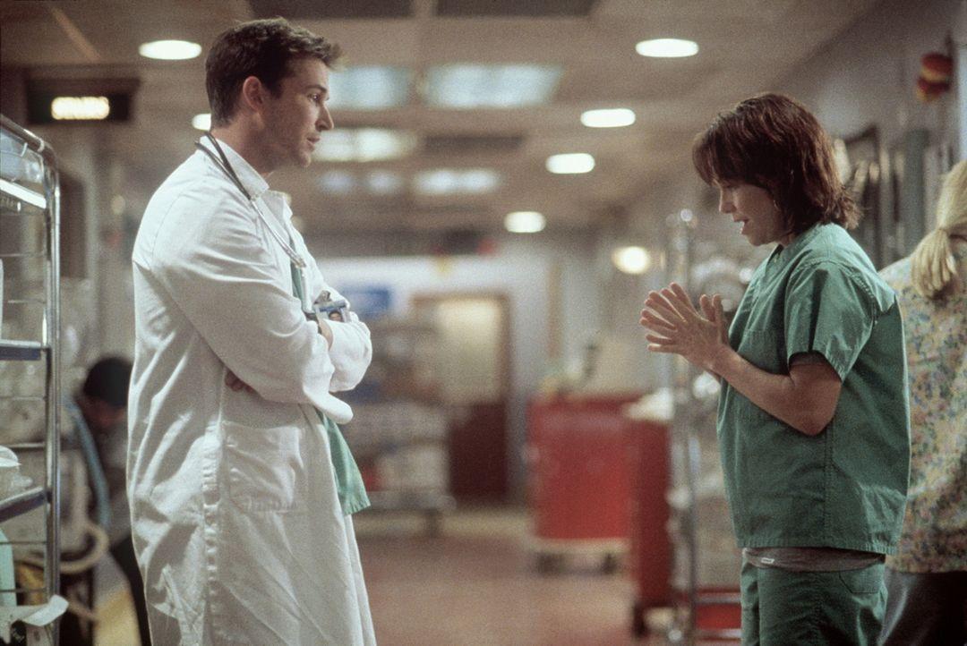 Maggie (Sally Field, r.) bittet John Carter (Noah Wyle, l.), mit ihrer Tochter zu reden. - Bildquelle: TM+  2000 WARNER BROS.