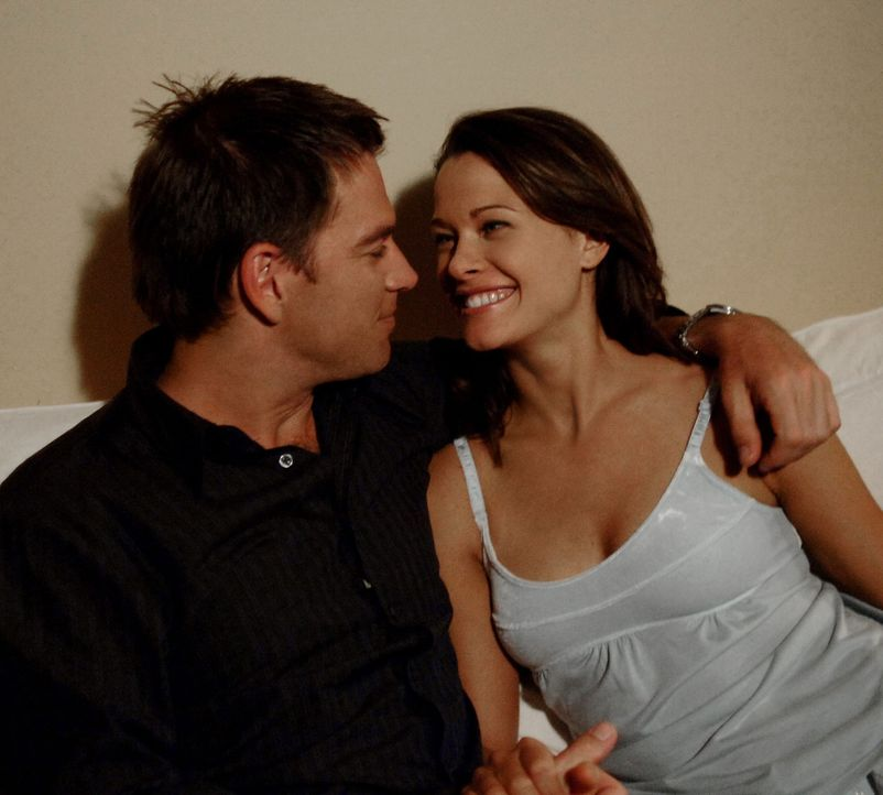 Genießen die Zweisamkeit: Jeanne Benoit (Scottie Thompson, r.) und Anthony DiNozzo (Michael Weatherly, l.) ... - Bildquelle: CBS Television
