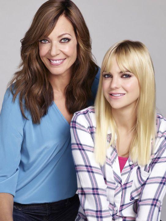 (3. Staffel) -Christy (Anna Faris, r.) und ihre Mutter Bonnie (Allison Janney, l.) versuchen, nicht nur gemeinsam ihre Alkoholsucht zu bekämpfen, so... - Bildquelle: 2015 Warner Bros. Entertainment, Inc.