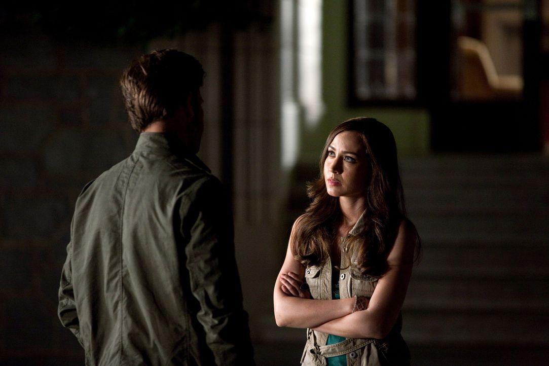 Um ihrer selbst Willen, gibt Alaric (Matt Davis, l.) Vanessa (Courtney Ford, r.) den Rat sich nicht näher mit dem Okkulten zu beschäftigen, damit... - Bildquelle: Warner Brothers