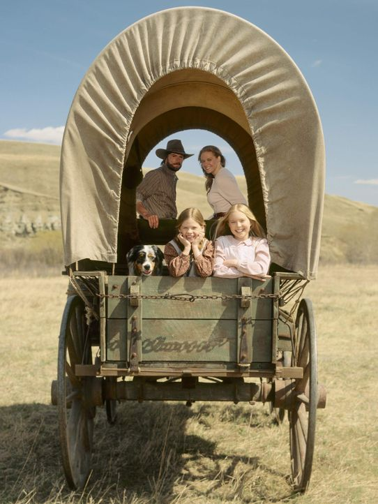 Um ein besseres Leben führen zu können, begeben sich Charles Ingalls (Cameron Bancroft, hinten l.), seine Frau Caroline (Erin Cottrell, hinten r.)... - Bildquelle: ABC, Inc.