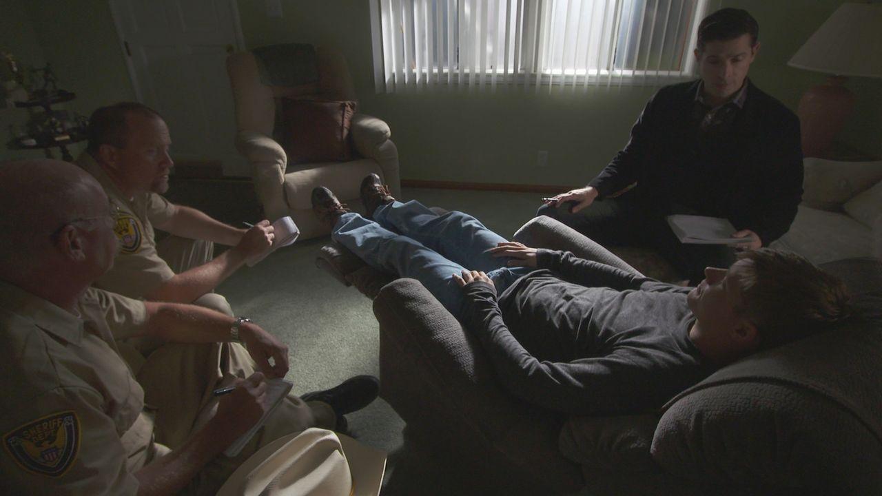 Auf der Suche nach dem flüchtigen Täter: Die Ermittler versuchen durch Hyptnose des überlebenden Opfers Jim Daniels (r.) herauszufinden, wer ihn und... - Bildquelle: LMNO Cable Group
