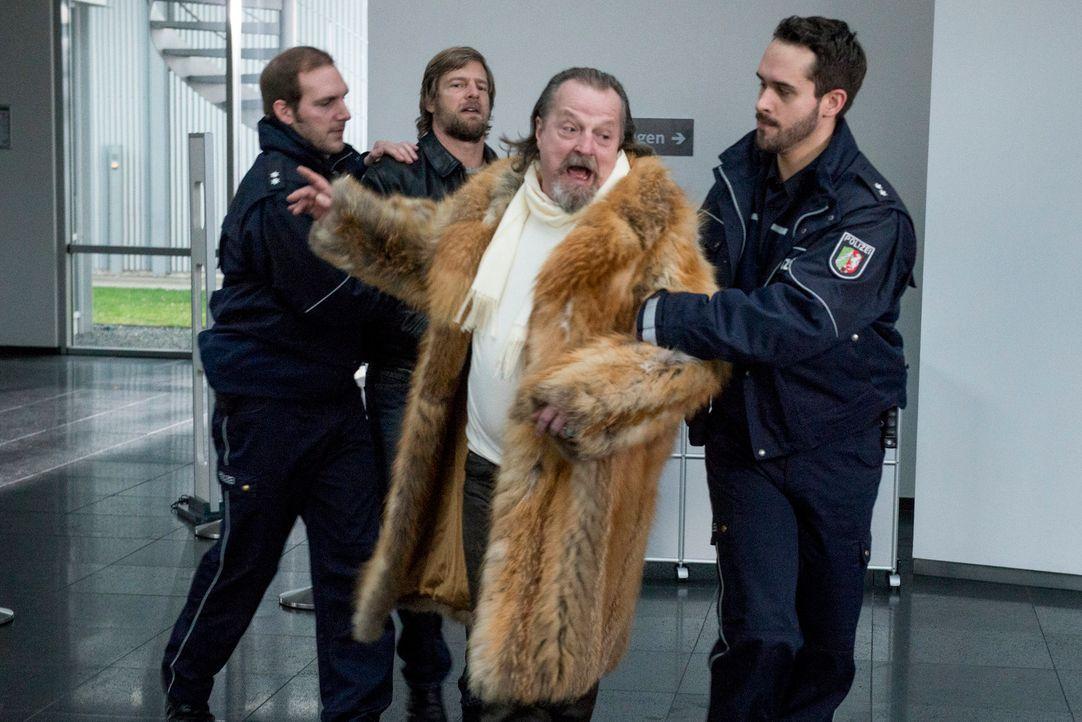 Fällt in Ohnmacht, um seinem Sohn Mick (Henning Baum, 2.v.l.) zur Flucht zu verhelfen: Erwin (Paul Faßnacht, 2.v.r.) ... - Bildquelle: Martin Rottenkolber SAT.1