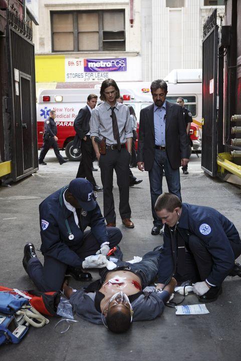 Reid (Matthew Gray Gubler, stehend l.) und David Rossi (Joe Mantegna, stehend r.) können nicht glauben, dass Detective Cooper (Erik Palladino, lieg... - Bildquelle: Touchstone Television