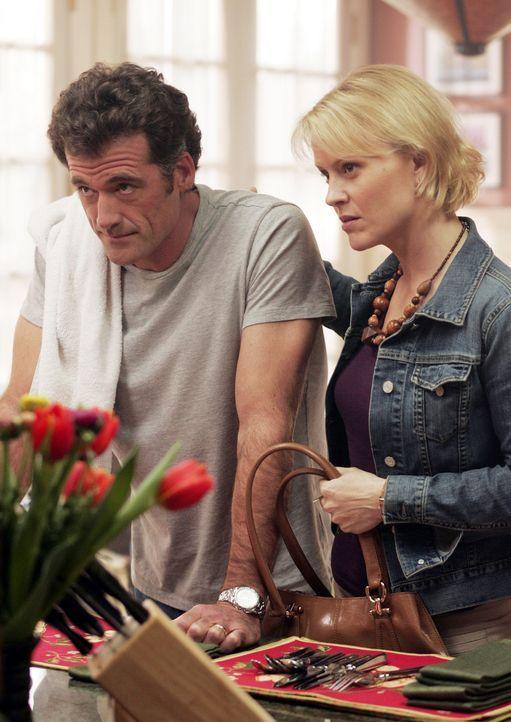 Noch führen Stephen Trager (Bruce Thomas, l.) und seine Frau Nicole (Marguerite MacIntyre, r.) ein normales Leben ... - Bildquelle: TOUCHSTONE TELEVISION