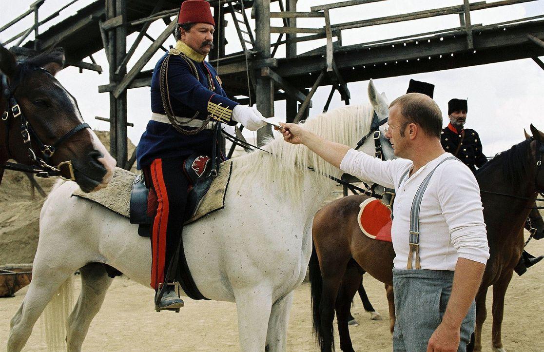 Schliemann (Heino Ferch, r.) präsentiert Savfet Pascha (Aykut Kayacik, l.) seine Grabungserlaubnis. - Bildquelle: Stephan Rabold Sat.1