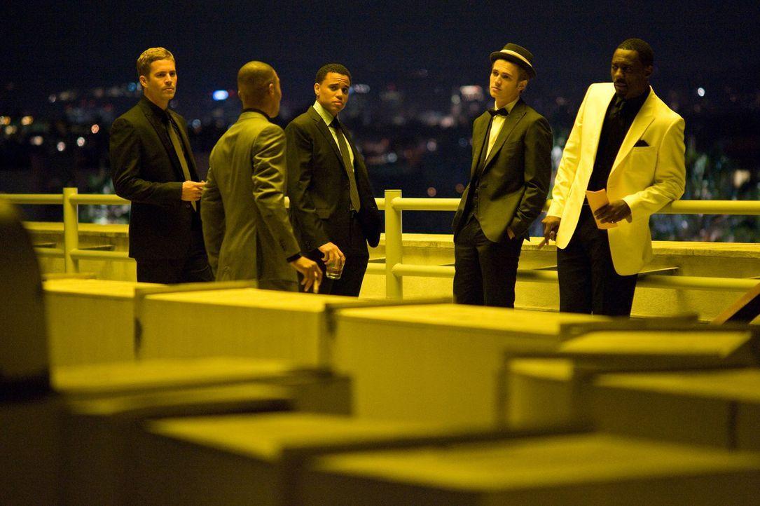 John (Paul Walker, l.), Jake (Michael Ealy, M.), A.J. (Hayden Christensen, 2.v.r.) und Gordon (Idris Elba, r.) sind überrascht, als Ghost (T.I., 2.... - Bildquelle: 2010 Screen Gems, Inc. All Rights Reserved.