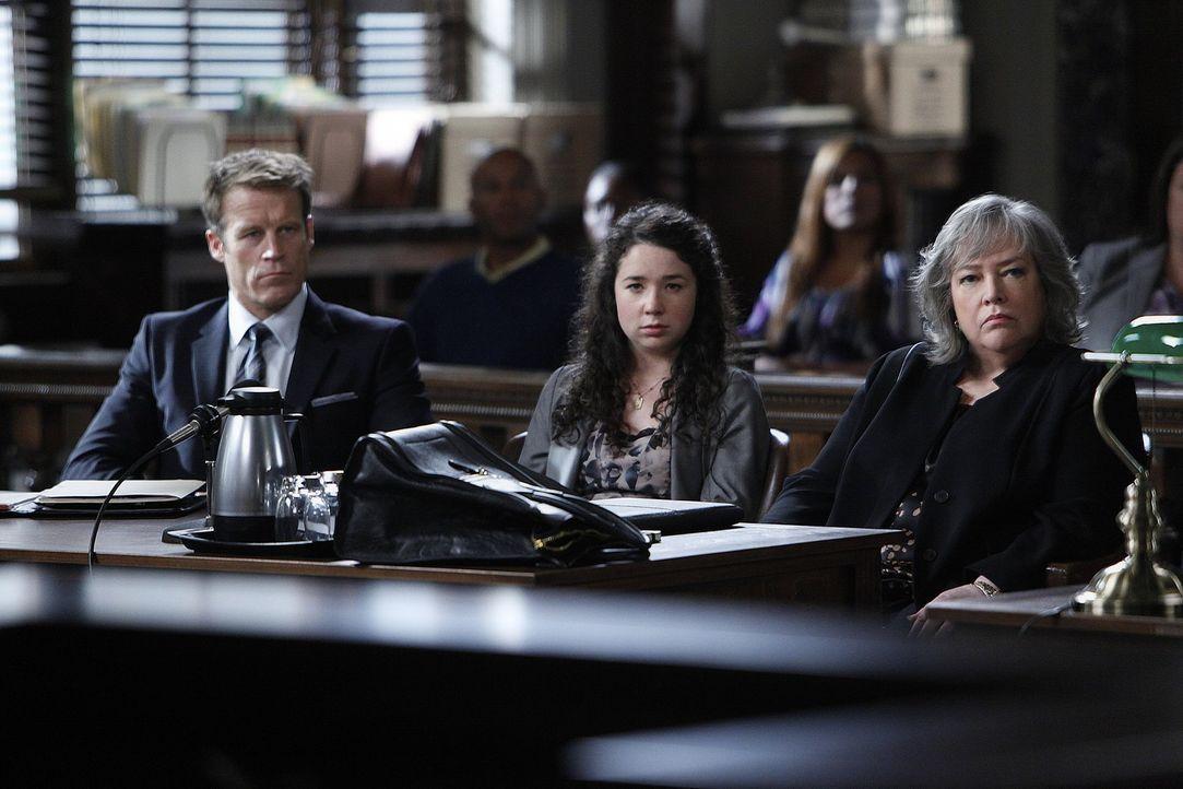 Während Harry (Kathy Bates, r.) und Oliver (Mark Valley, l.) Sela Vincent (Sarah Steele, M.) verteidigen, die wegen Mordes angeklagt wird, nachdem... - Bildquelle: Warner Bros. Television
