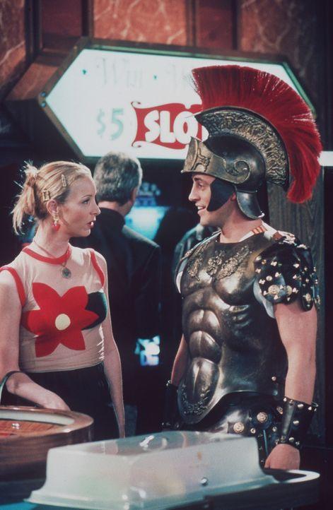 Phoebe (Lisa Kudrow, l.) ist überrascht, als sie Joey (Matt LeBlanc, r.) im Gladiatoren-Kostüm antrifft. - Bildquelle: TM+  2000 WARNER BROS.