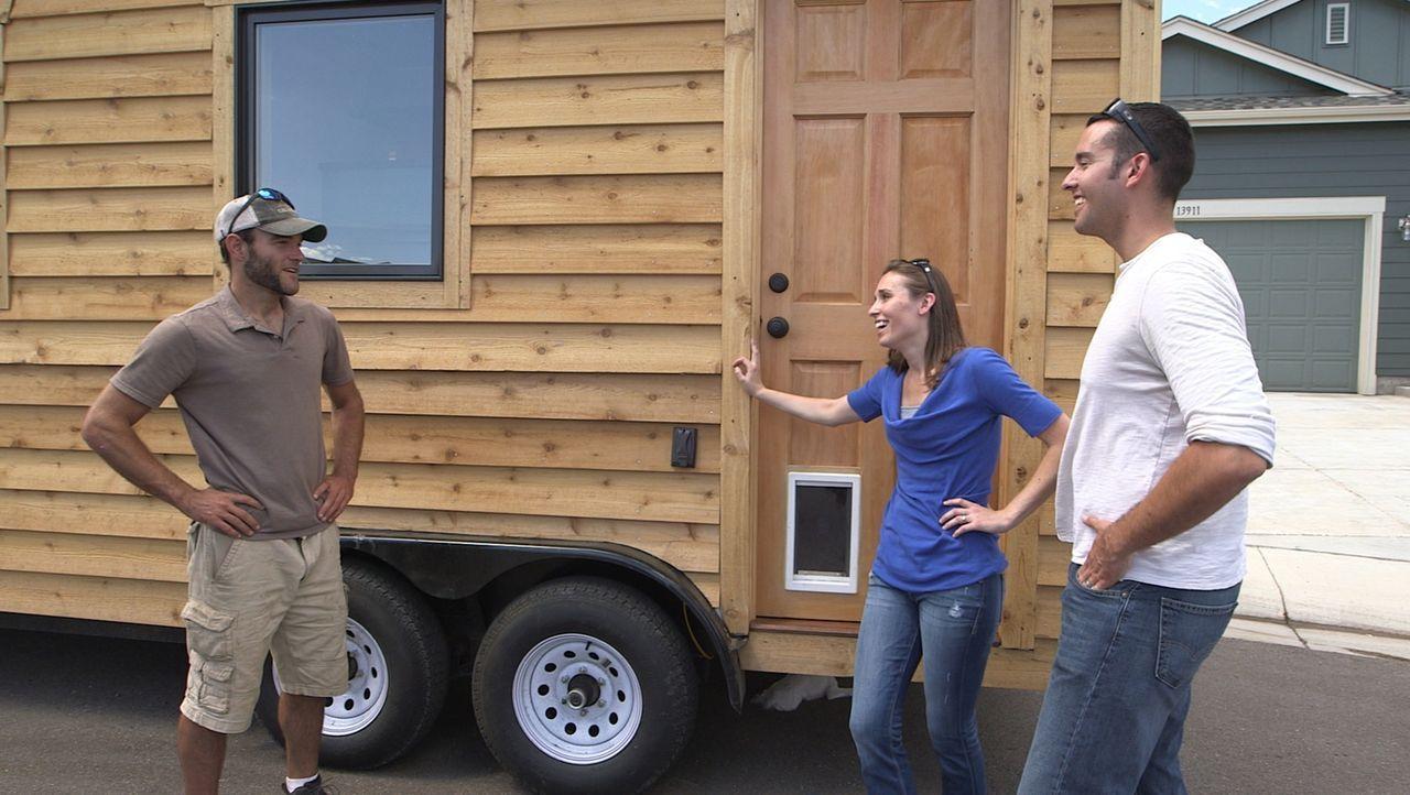 Derek (r.) und Mary (M.) engagieren den Minihausentwickler Greg Parham (l.), um ihr Traumhaus auf seiner Baustelle in Durango, Colorado, zu entwerfe... - Bildquelle: 2014, HGTV/Scripps Networks, LLC. All Rights Reserved