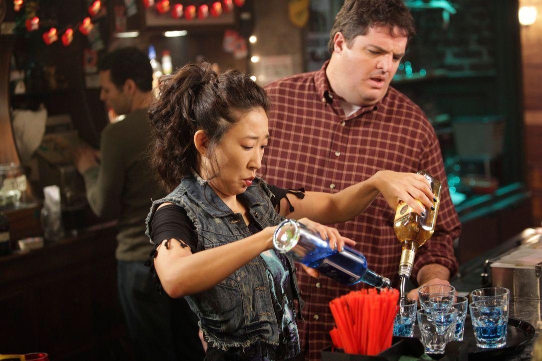 Hat in Joes (Steven W. Bailey, r.) Bar als Mädchen für alles angeheuert: Cristina (Sandra Oh, l.) ... - Bildquelle: ABC Studios