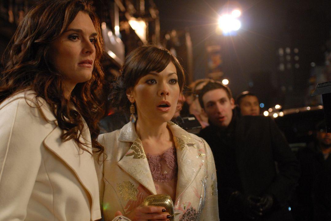 """Wendy (Brooke Shields, l.) und Victory (Lindsay Price, r.) können es nicht fassen: Bei der Premiere zu """"Bombay Highway"""" kommt es zu einem Eklat mit... - Bildquelle: 2004 NBC, Inc."""