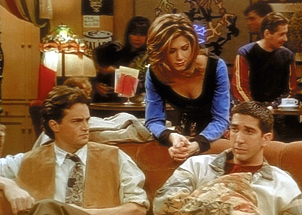Ross (David Schwimmer, r.) fühlt sich seiner zukünftigen Vaterrolle immer noch nicht gewachsen, was Rachel (Jennifer Aniston, M.) und Chandler (Ma... - Bildquelle: TM+  2000 WARNER BROS.