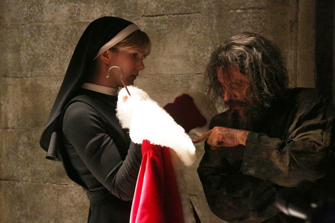 Schwester Mary Eunice McKee (Lily Rabe, l.) konfrontiert den Serienmörder Leigh Emerson (Ian McShane, r.) mit seinem Weihnachtsmannkostüm, in dem...