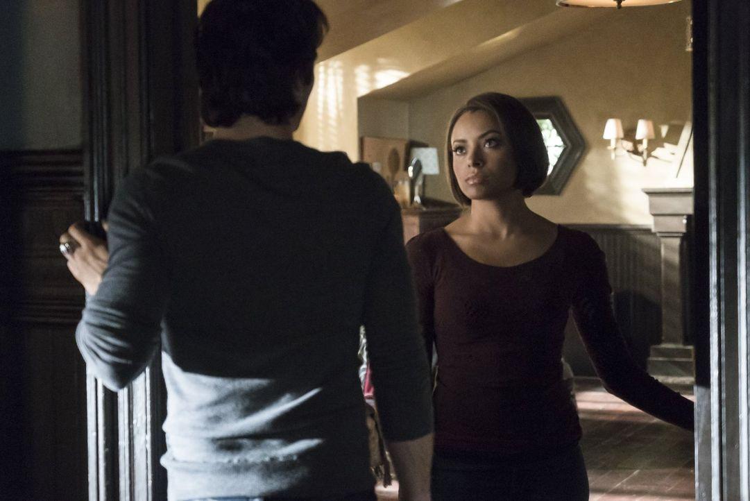 Damon (Ian Somerhalder, l.) bekommt ein unerwartetes besonderes Geschenk von Bonnie (Kat Graham, r.) ... - Bildquelle: Warner Bros. Entertainment, Inc