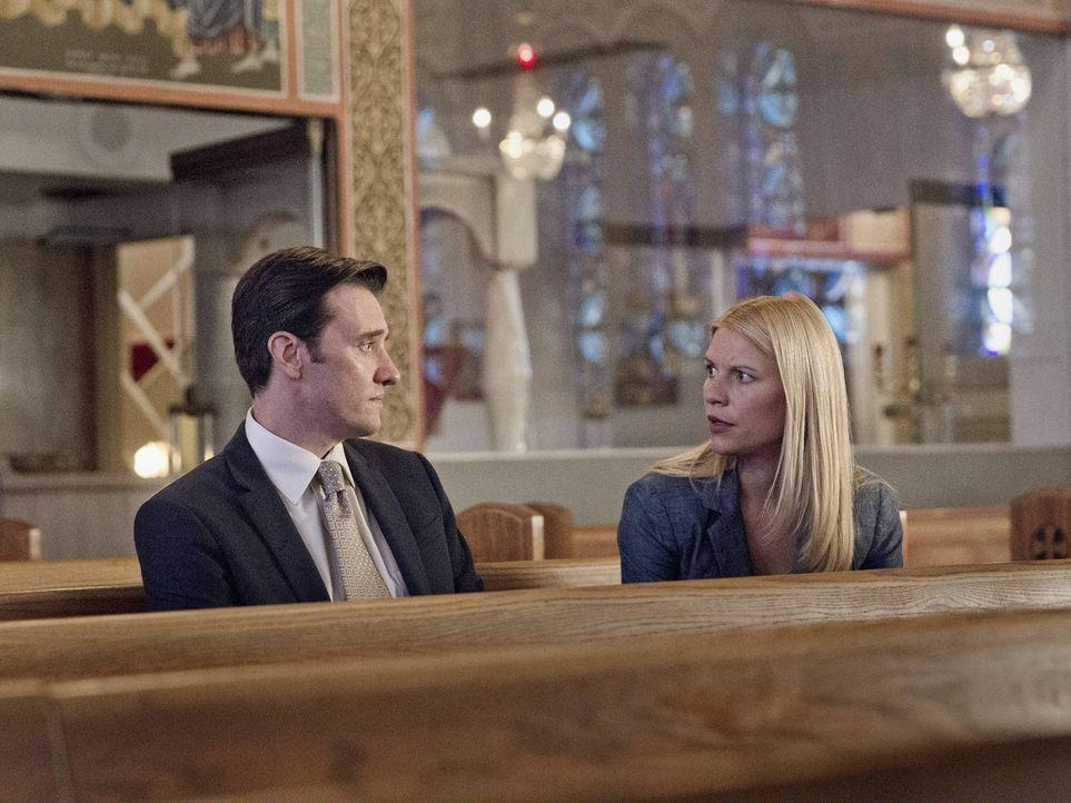 Während Fara die Auswirkungen ihres Jobs zu spüren bekommt, trifft sich Carrie (Claire Danes, r.) mit Franklin (Jason Butler Harner, l.), um ihre Mi... - Bildquelle: 2013 Twentieth Century Fox Film Corporation. All rights reserved.