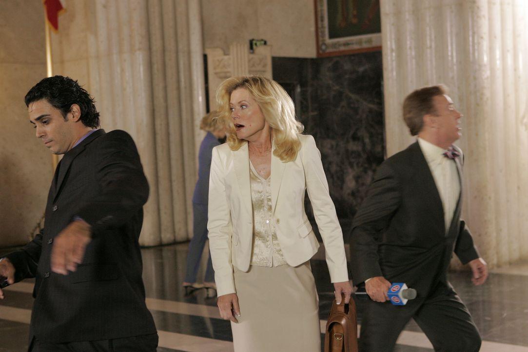 Gerät in einen Schusswechsel: Staatsanwältin Alex Cahill (Sheree J. Wilson,M.) ... - Bildquelle: CBS Television