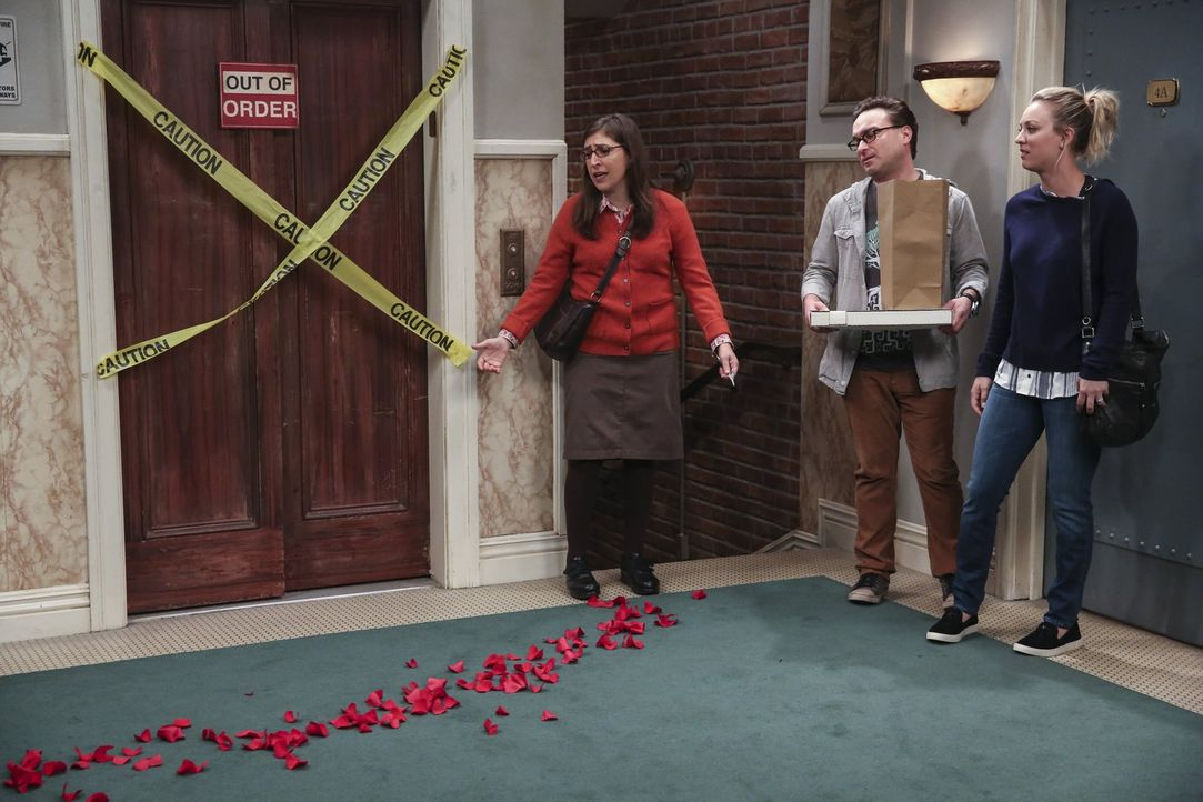 Amy (Mayim Bialik, l.), Leonard (Johnny Galecki, M.) und Penny (Kaley Cuoco, r.) ahnen Böses ... Was hat Sheldon dieses Mal geplant? - Bildquelle: 2016 Warner Brothers