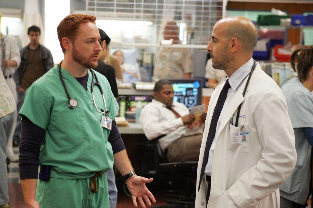Sind sich nicht ganz einig: Dr. Moretti (Stanley Tucci, r.) und Dr. Morris (Scott Grimes, l.) ... - Bildquelle: Warner Bros. Television