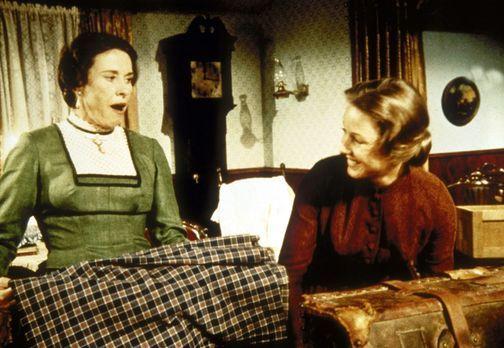 Unsere kleine Farm - Caroline (Karen Grassle, r.) nimmt Mrs. Oleson (Katherin...