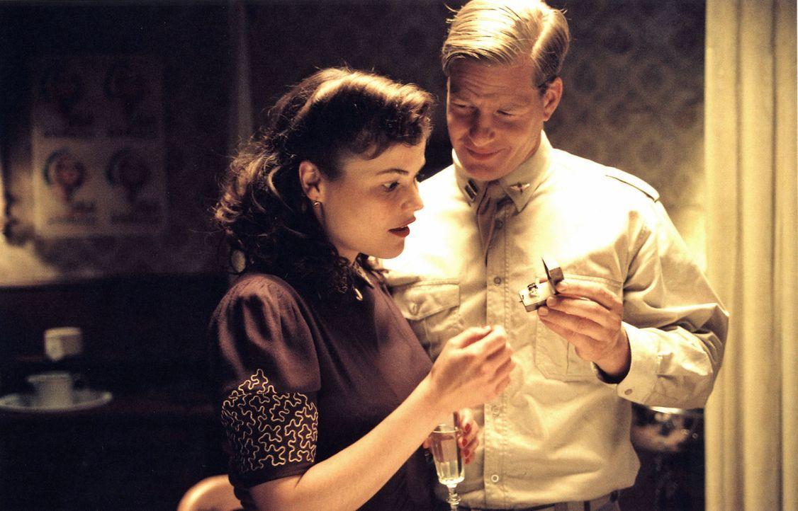 Harry (Henning Baum, r.) und Leni (Katharina Wackernagel, l.) verloben sich. - Bildquelle: Stephan Rabold Sat.1