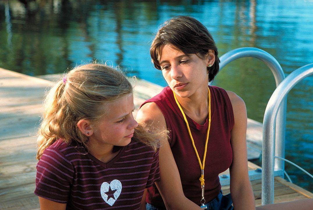 Die kleine Nina (Louisa Herfert, l.) ist der bevorzugte Schützling der Delphin-Therapeutin Mara (Isabella Parkinson, r.). Doch noch sperrt sich das... - Bildquelle: Leslie Haslam ProSieben