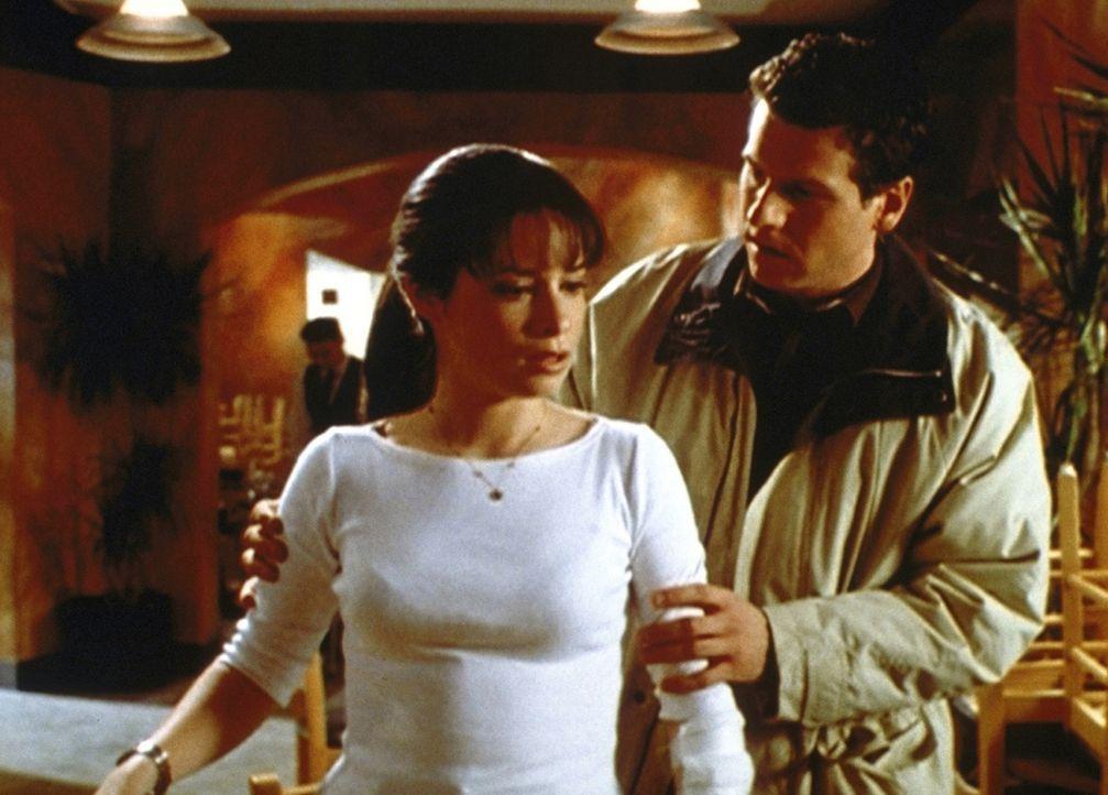 Billy (Billy Jayne, r.) macht sich große Sorgen um Piper (Holly Marie Combs, l.). Sie wurde von einem Monster angegriffen und verletzt ... - Bildquelle: Paramount Pictures