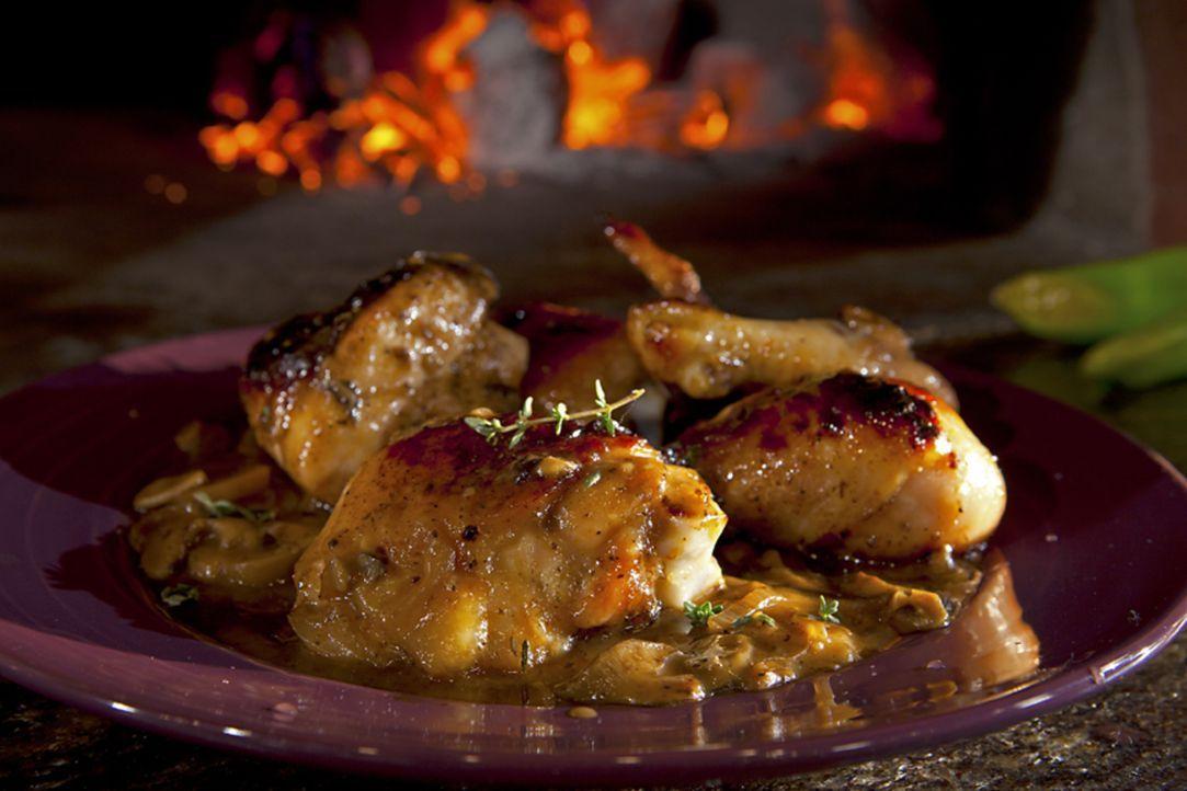 Saftiger kann Fleisch kaum aussehen. Guy Fieri ist Meister, wenn es darum geht Strathearn Roasted Chicken zuzubereiten ... - Bildquelle: 2012, Television Food Network, G.P. All Rights Reserved.