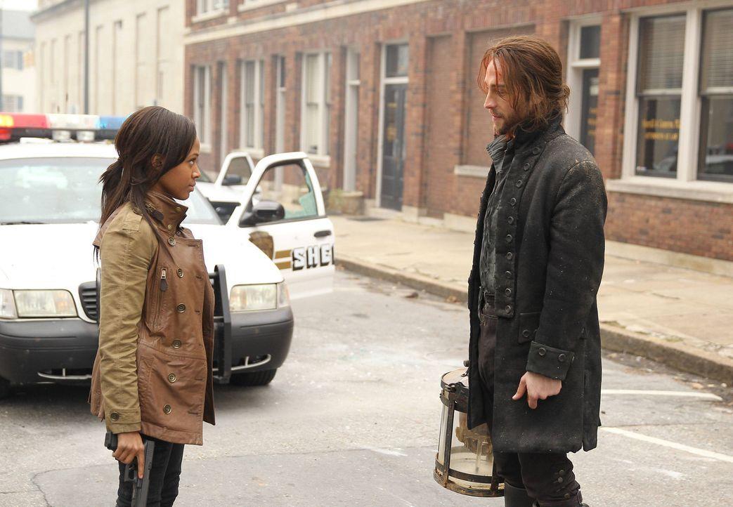 Nach und nach glaubt Lieutanant Abbie Mills (Nicole Beharie, l.) die Erzählungen von Ichabod Crane (Tom Mison, r.) und gemeinsam mit ihm, nimmt sie... - Bildquelle: 2013 Twentieth Century Fox Film Corporation. All rights reserved.
