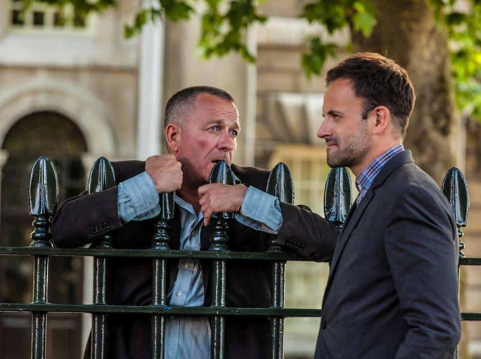 Gemeinsam versuchen sie, einen diffizilen Fall in London zu lösen: Sherlock Holmes (Jonny Lee Miller, r.) und Gareth Lestrade (Sean Pertwee, l.) ... - Bildquelle: CBS Television