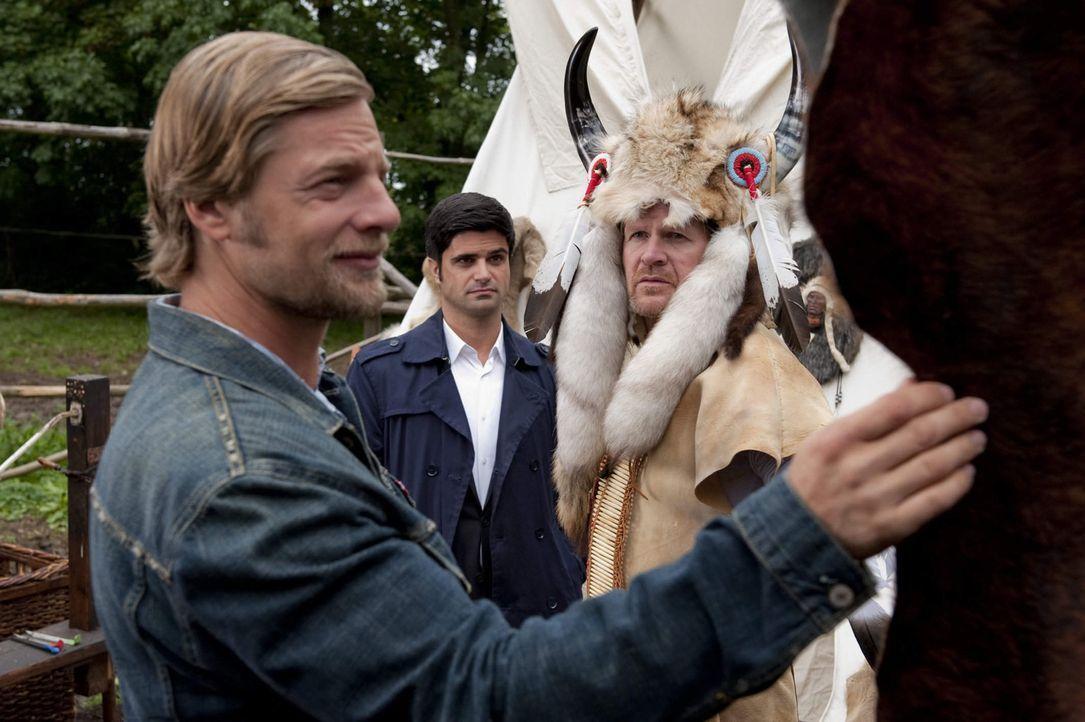 """Schon bald gerät """"Indianerhäuptling Großer Schatten"""" Jürgen Tamm (Guntbert Warns, r.) ins Blickfeld von Mick (Henning Baum, l.) und Andreas (Max... - Bildquelle: SAT.1"""