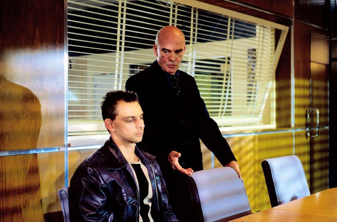 Tom (Steven Merting, l.) kann sich an den Tathergang nicht erinnern und alle Zeugen sagen gegen ihn aus - er wird vom Dienst suspendiert und muss Au... - Bildquelle: Alfred Raschke Sat.1