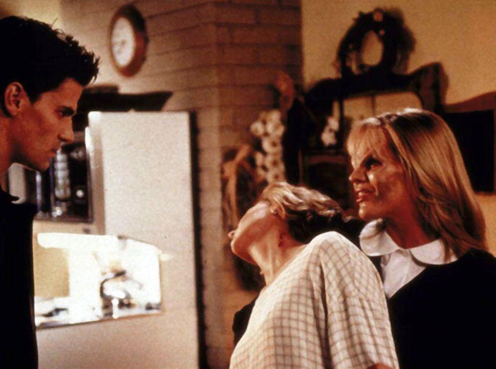 Buffys Mutter Joyce (Kristine Sutherland, M.) wurde von einem Vampir gebissen. Angel (David Boreanaz, l.) will von Darla (Julie Benz) wissen, ob sie... - Bildquelle: TM +   2000 Twentieth Century Fox Film Corporation. All Rights Reserved.