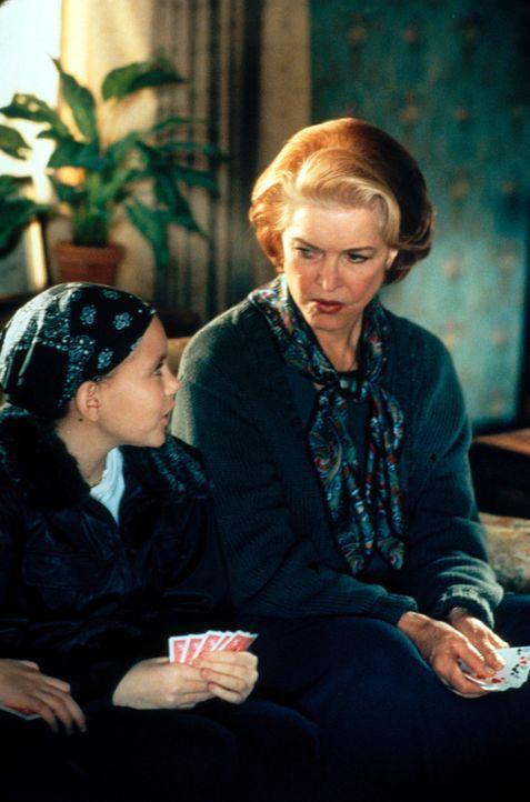 Sally (Lacey Conlan, l.) und Dolly (Ellen Burstyn, r.) haben Spaß miteinander ... - Bildquelle: CBS Television
