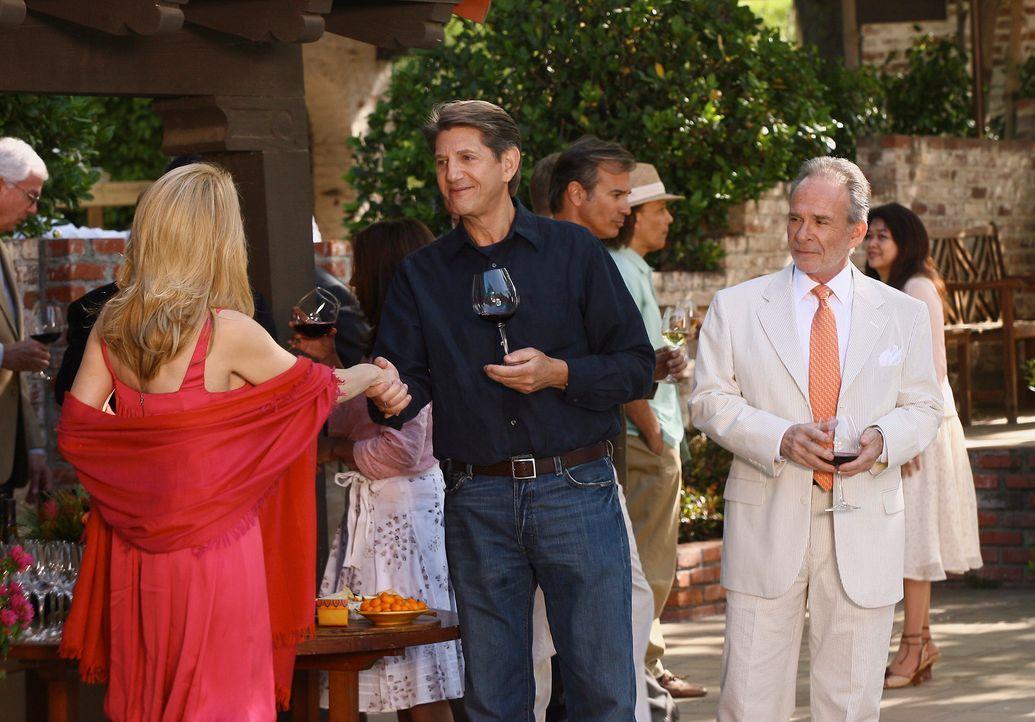 Unter Sauls (Ron Rifkin, r.) kritischen Blick, flirtet Holly (Patricia Wettig, l.) mit Noras Begleitung Mark August (Peter Coyote, M.), um sich an i... - Bildquelle: Disney - ABC International Television