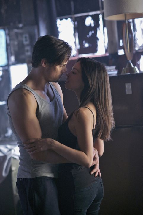 Ihre Beziehung hat die nächste Stufe erreicht, doch schon bald müssen sich Cat (Kristin Kreuk, r.) und Vincent (Jay Ryan, l.) wieder mit der Realitä... - Bildquelle: Sven Frenzel 2013 The CW Network, LLC. All rights reserved.
