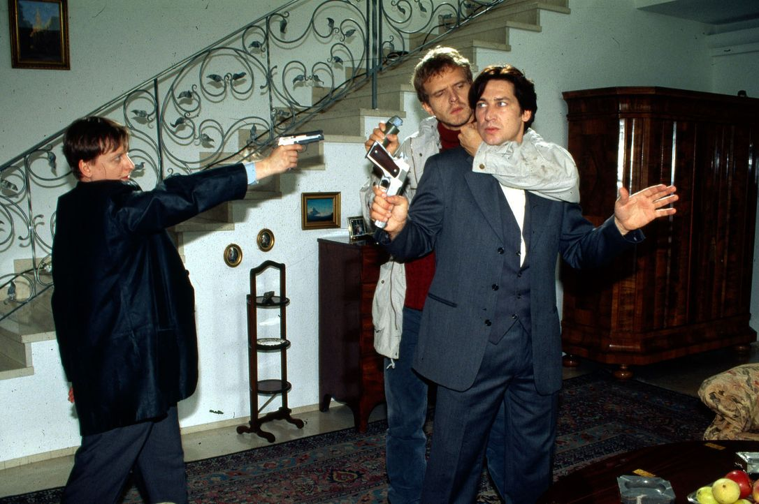 Der russische Killer Oleg Kiprov (Victor Schefe, M.) bedroht Kommissar Moser (Tobias Moretti, r.). Kann Böck (Heinz Weixelbraun, l.) den Gangster sc... - Bildquelle: Ali Schafler Sat.1