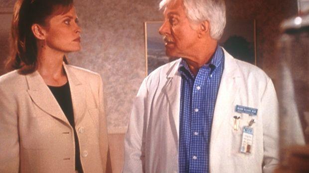 Mark Sloan (Dick Van Dyke, r.) unterhält sich mit der Anwältin Vanessa Sincla...