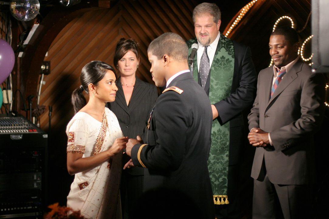 Jerry (Abraham Benrubi, hinten M.), der eine Priesterlizenz hat, übernimmt die Trauung, und Abby (Maura Tierney, hinten l.) und Pratt (Mekhi Phifer,... - Bildquelle: Warner Bros. Television