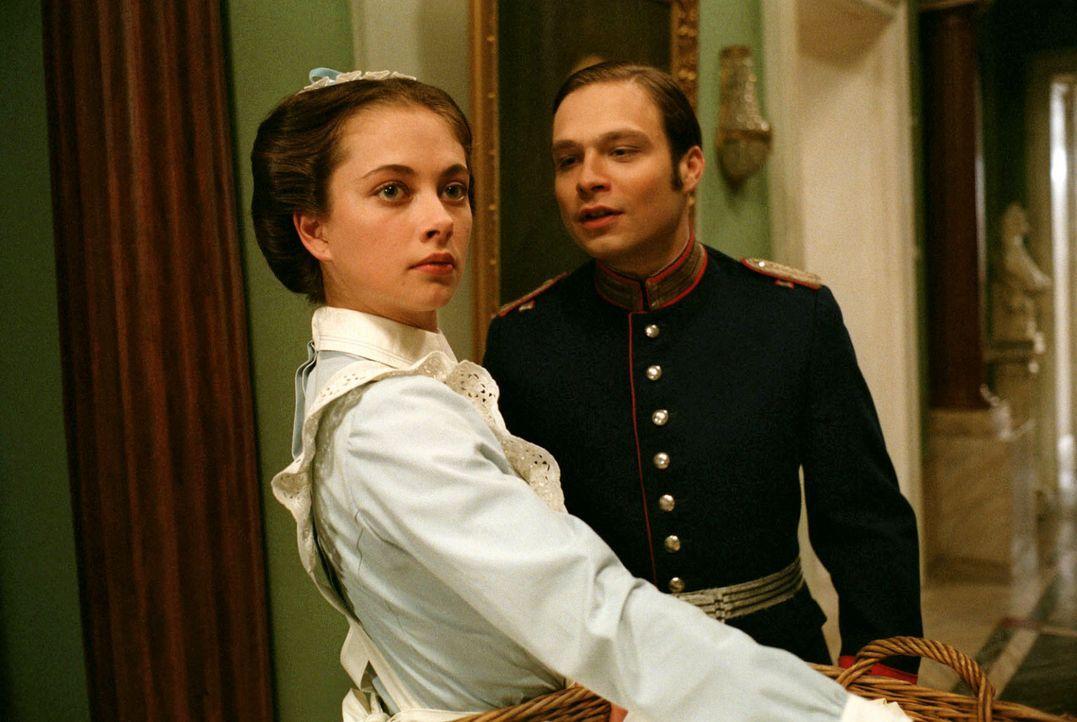 Alexander Gravenhorst (Tim Sander, r.) kommt nach Hause und versucht sogleich mit Pauline (Heike Warmuth, l.) anzubändeln. - Bildquelle: Aki Pfeiffer Sat.1