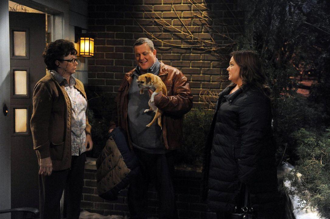 Peggy (Rondi Reed, l.) verreist mit ihrer Kirchengemeinde und vertraut Mike (Billy Gardell, M.) und Molly (Melissa McCarthy, r.) ihren Hund Jim an.... - Bildquelle: Warner Brothers