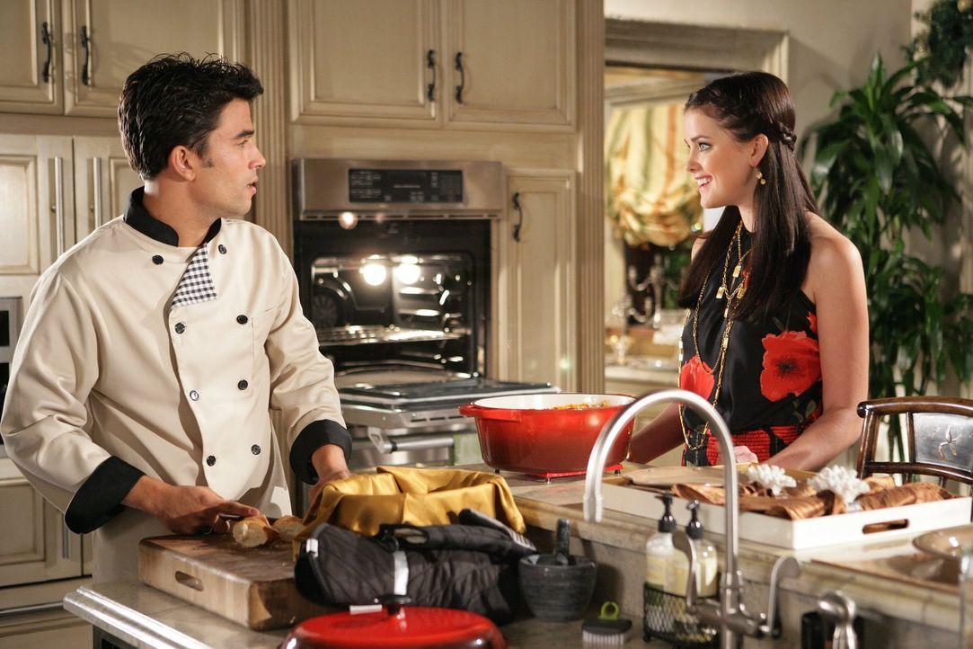 Was ist wahre Liebe? Sage (Ashley Newbrough, r.) findet Gefallen an der neuen Küchenhilfe Louis (Ignacio Serricchio, l.) ... - Bildquelle: Warner Bros. Television